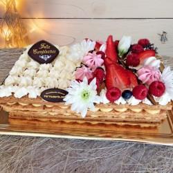 Tarta de milhoja decorada con frutas